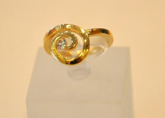 zlat prstan z briljantom